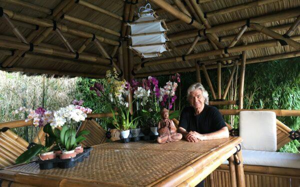 """Daniel Guichard dans son gazébo en bambou modèle """"Passion"""""""