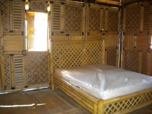 Maison en bambou sur pilotis / intérieur