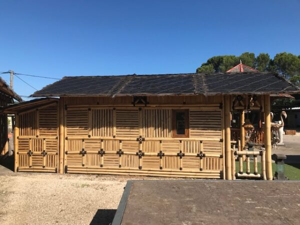 Grande cabane en bambou et son extension