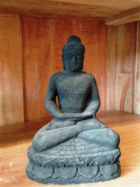 Petite sculpture en forme de Boudha