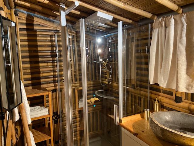 Maison bambou avec salle de bain